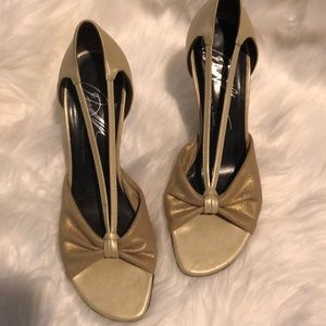 DONALD J PLINER BEAUTIFUL HEELS GOLD SIZE 6 MINT